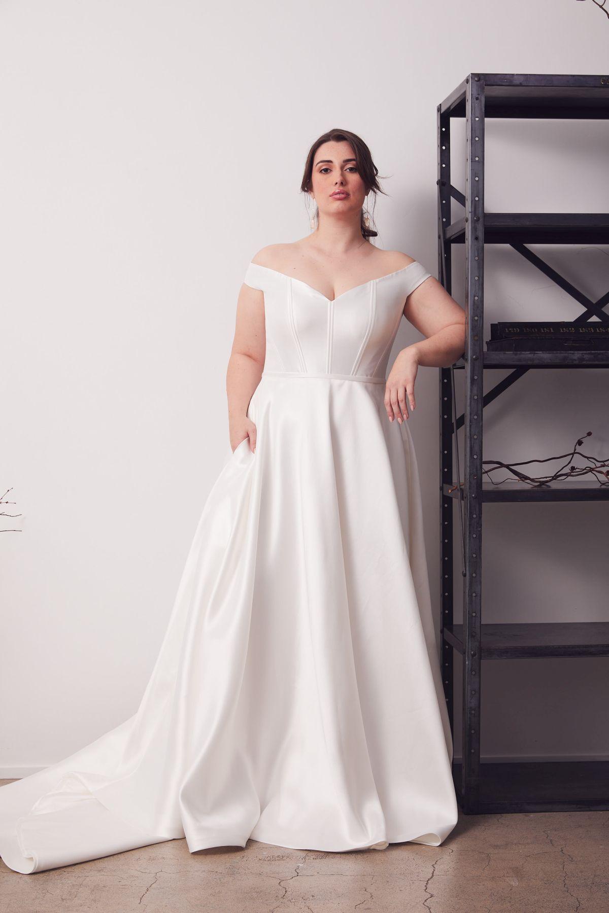Von Maria Curve Wedding Gown _14 2726