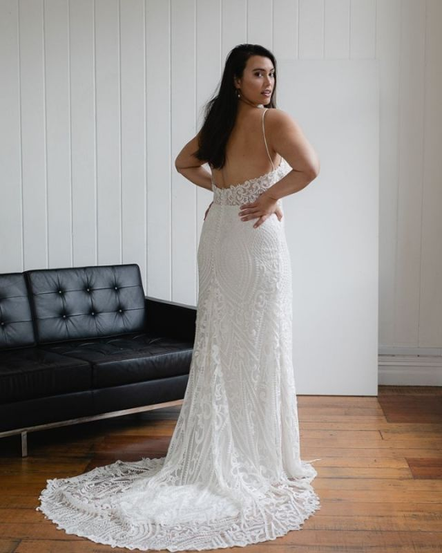 Hola Spanish brides! @oneofakindmadrid has officially opened in Madrid with a wide range of Hera gowns. Featured / Audrey Curve gown #HeraCouture